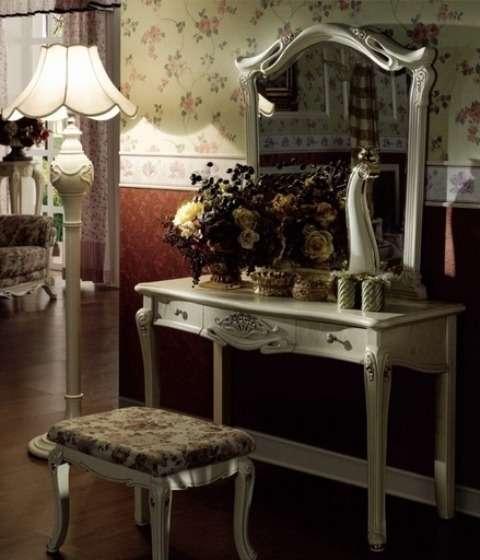 столик с зеркалом и пуфик