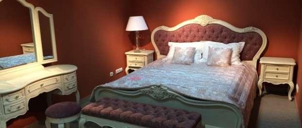 Спальня Софи из натурального дерева в цвете слоновая кость станет изящным дополнением вашей комнаты для отдыха. Коллекция привлекает нежной отделкой, плавными линиям и резным декором ручной работы. Вы можете подобрать цвет обивки изголовья кровати,