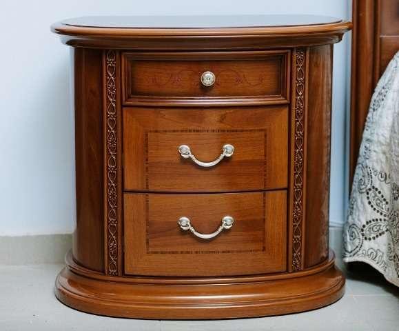Тумба прикроватная Валенсия София выделяется полукруглой формой и резным декором. Полукруглая форма делает мебель аккуратной и изящной.