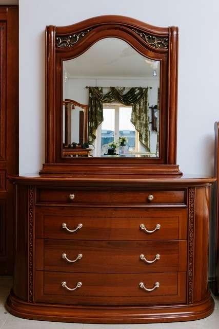 Комод с зеркалом состоит из 4 больших и одного маленького ящика. Зеркало имеет прямоугольную форму,