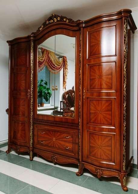 Шкаф четырехдверный с зеркалом привлекает многофункциональностью и классическим внешним видом.